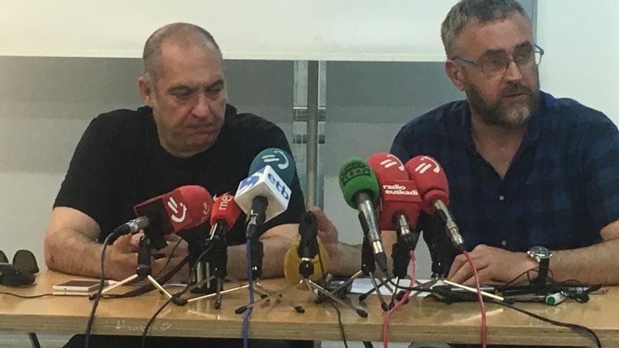 Daniel Trujillano (derecha), con el asesor Gorka Tortosa, este lunes en Vitoria