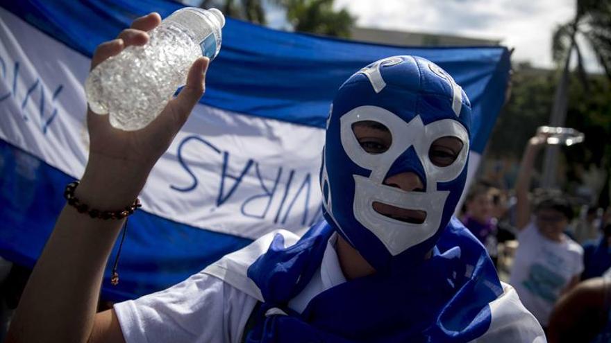 """Protestan en Nicaragua frente a policías con la danza """"Un violador en tu camino"""""""