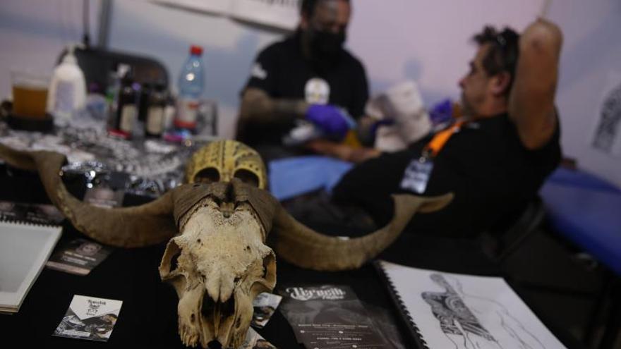 Tatuadores sacan sus mejores tintas en Chile para mostrar estilos y obras