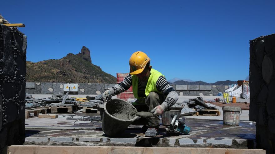 Obrero trabajando en la zona de aparcamientos de Tejeda (Alejandro Ramos).