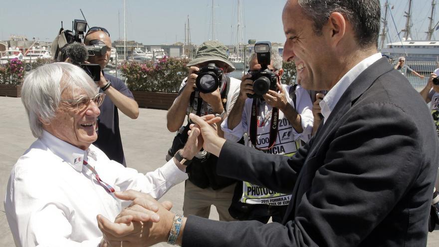 Francisco Camps saluda a Bernie Ecclestone en las inmediaciones del Circuito Urbano de Valencia durante la sesión de clasificación del Gran Premio de Europa de Fórmula 1, el 25 de junio de 2011