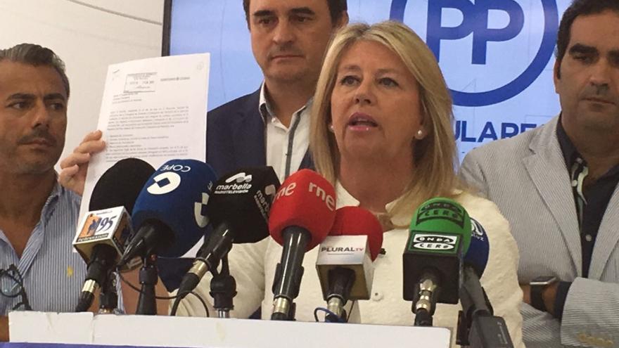 La senadora, edil y presidenta del PP de Marbella, Ángeles Muñoz, en una comparecencia reciente, rodeada de concejales de su partido. FOTO MARBELLA CONFIDENCIAL