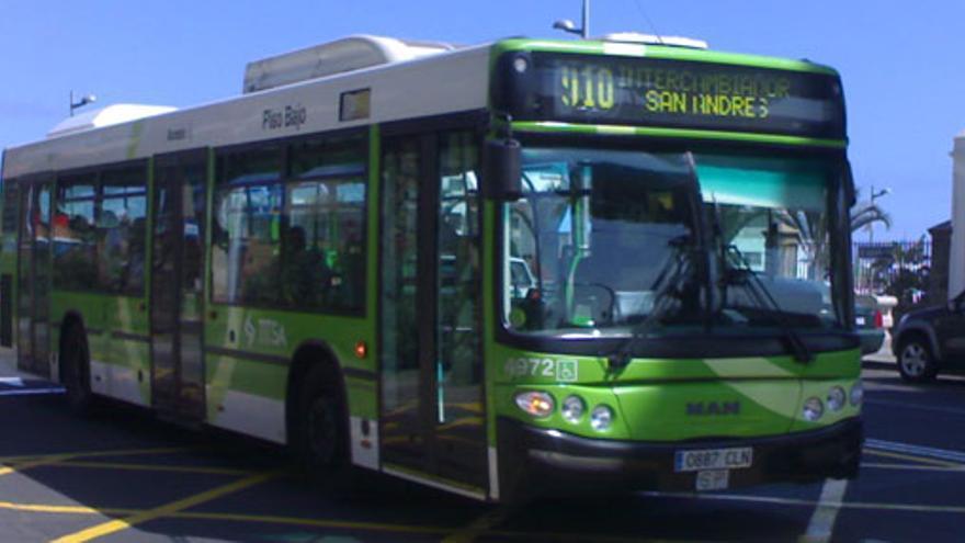 Una guagua del servicio urbano de Titsa.