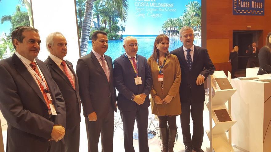 El grupo Lopesan ha inaugurado su primer día en la feria de Fitur con la visita de autoridades institucionales del ámbito turístico.