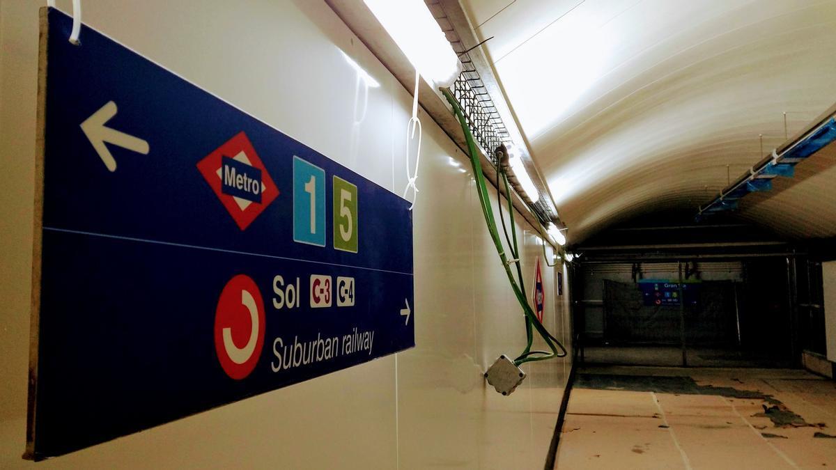 Acceso al Cercanías desde la estación de Metro en Gran Vía, durante las obras