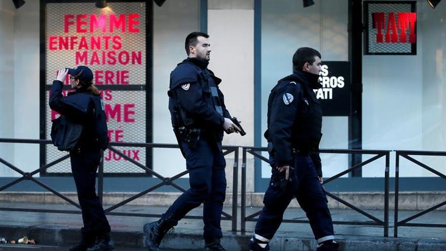 La policía desmantela un campamento de inmigrantes en París