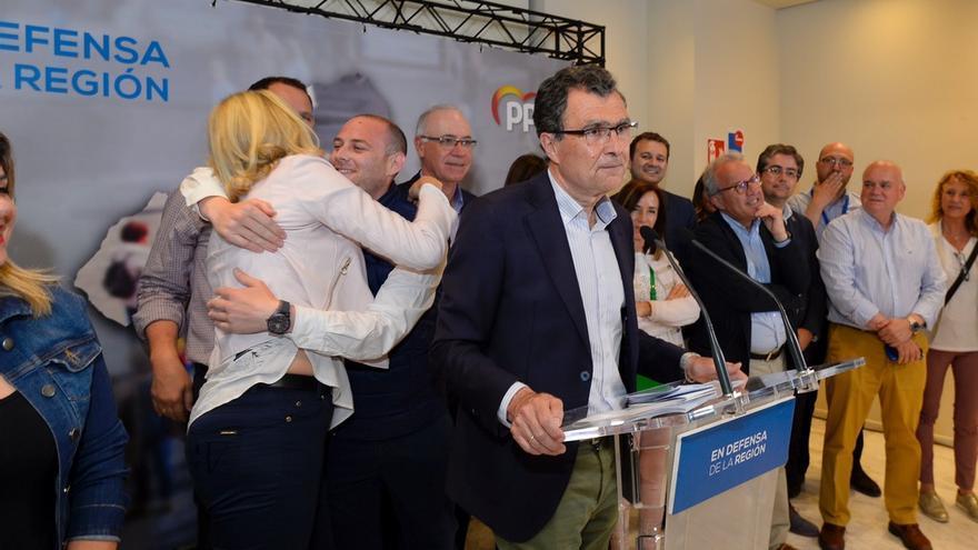 José Ballesta, actual alcalde de Murcia, celebrando que su formación se ha mantenido como primera fuerza el 26M