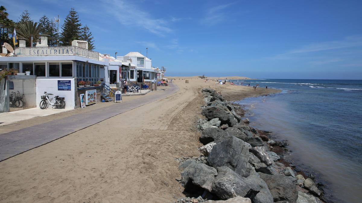 Escollera reforzada en la playa de Maspalomas, frente del centro comercial Oasis y junto a la pasarela que discurre en la franja de costa entre el Faro y la Charca.
