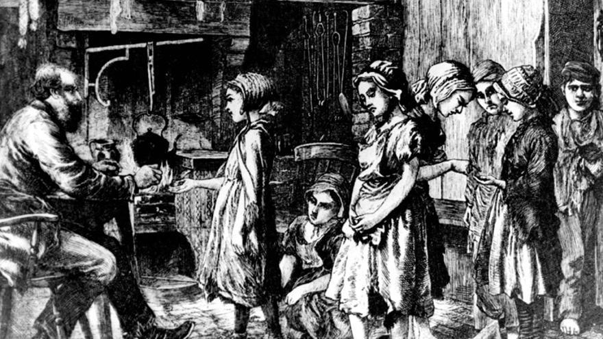 Grabado: Niños se alinean para ser pagados por su trabajo en la época victoriana en Reino Unido.