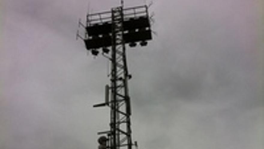 La torreta del estadio de Maspalomas de la que se cuelgan emisoras del sur.