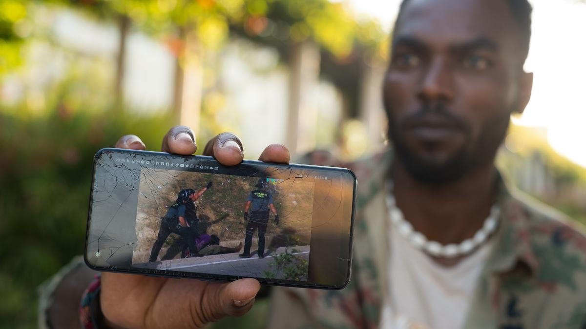 Albert Julio Doumbe Nnabuchi, al que todos sus allegados llaman Dany, muestra el vídeo de la actuación policial por la que denunció a España en Estrasburgo.