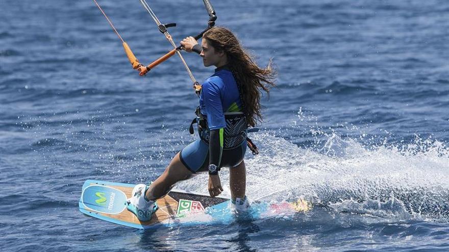 Fotografía facilitada por Desafío Movistar de la diez veces campeona del mundo de kitesurf, Gisela Pulido, quien ha completado en hora y media la primera de las siete etapas del desafío que le llevará a navegar a cometa entre las ocho islas de Canarias, la que en principio se presentaba como más fácil: La Graciosa-Lanzarote. EFE/Ginés Díaz