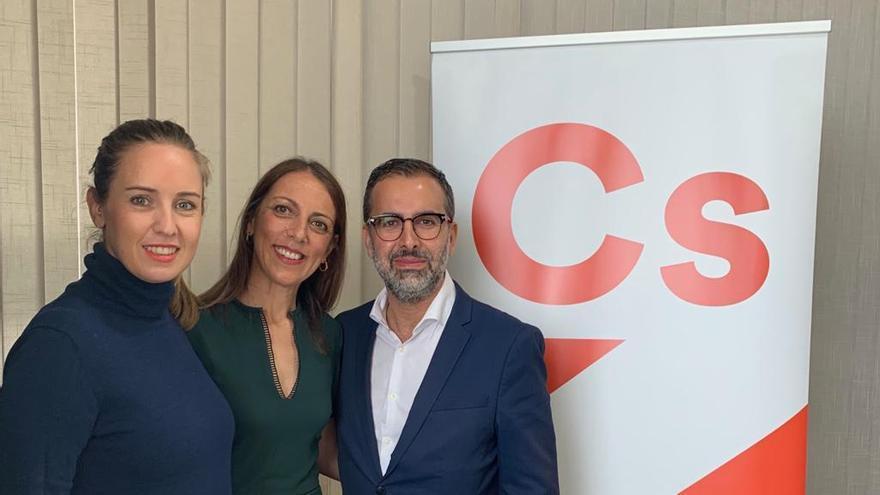 La portavoz de Ciudadanos en La Palma, Nieves Díaz (c), con Melisa Rodríguez, diputada nacional de Cs; y Mario Cejas, portavoz de Cs en Canarias.