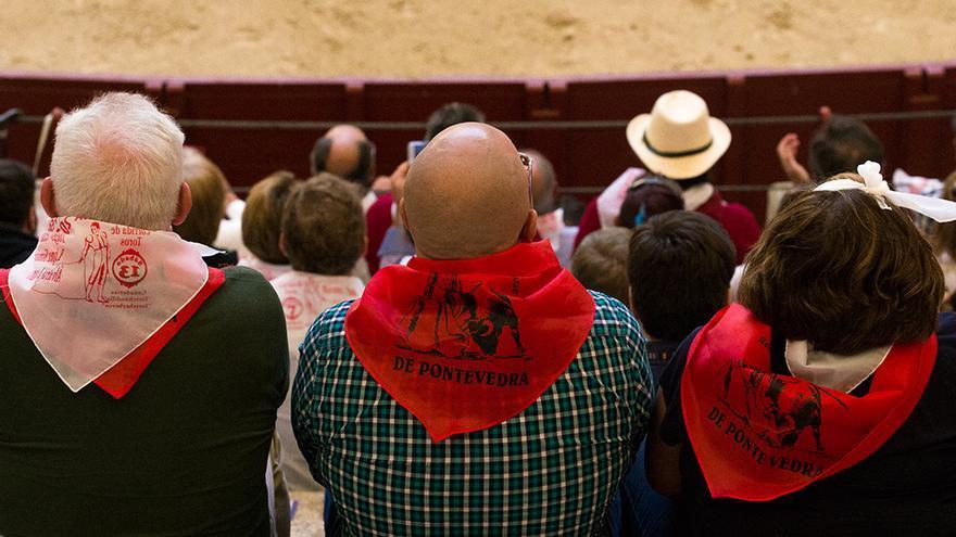 El público que se divierte con la corrida de toros en Pontevedra va perfectamente ataviado para la ocasión. Foto: colectivobritches.com