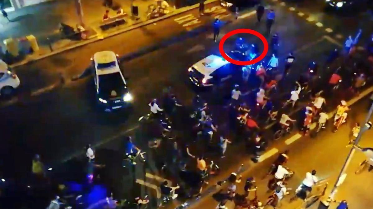 Momento de la detención del participante en la Bicicrítica de Madrid, a su paso por Bravo Murillo