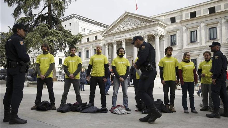 """Activistas de Greenpeace protestan frente al Congreso contra la """"Ley Mordaza"""""""