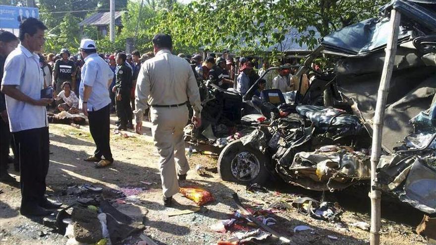 Al menos 21 muertos al chocar una furgoneta y un autocar turístico en Camboya