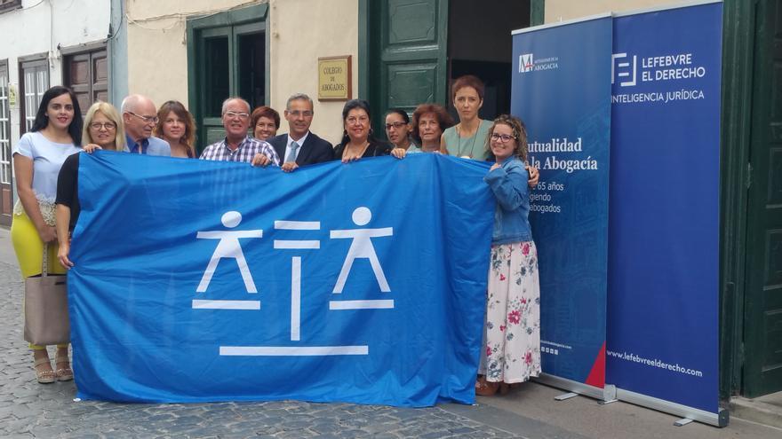 Un grupo de letrados ha exhibido este martes la bandera de la Justicia Gratuita. Foto: LUZ RODRÍGUEZ.