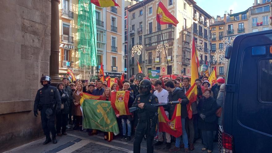Gritos e insultos entre los concentrados por 'España Existe' y una movilización antifascista en Pamplona