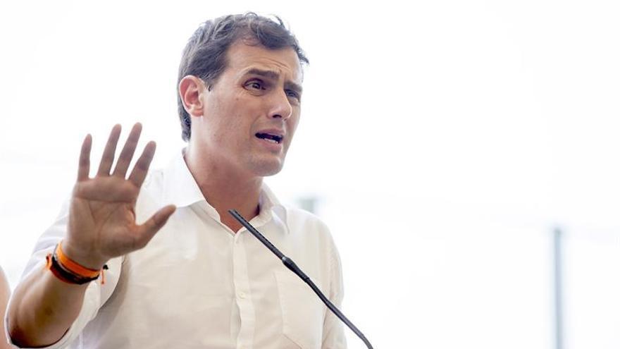 El candidato de Ciudadanos a la Presidencia del Gobierno, Albert Rivera, atiende a los medios de comunicación tras la visita que realizó a las instalaciones de la Piscina Municipal de Ofra en Santa Cruz de Tenerife. EFE/Ramón de la Rocha