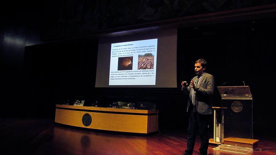 El geógrafo y climatólogo Jonathan Gómez Cantero durante su intervención en las Jornadas Forestales de Gran Canaria.