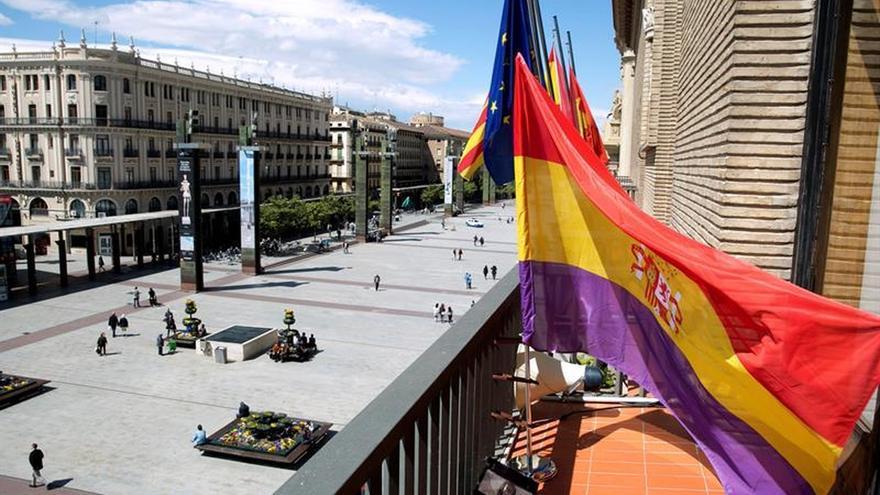 Zaragoza reivindica la Memoria Histórica con una pancarta en el Ayuntamiento
