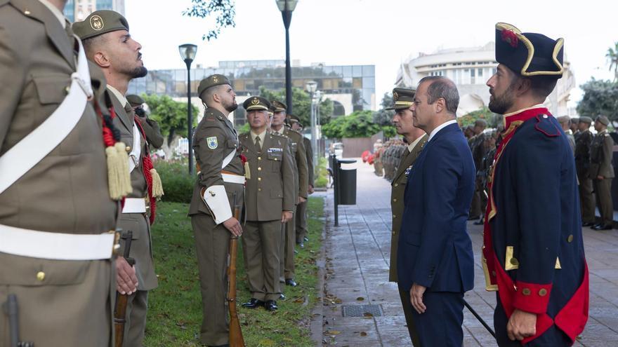 Augusto Hidalgo pasa revista a las tropas en el homenaje a la Batalla de La Naval
