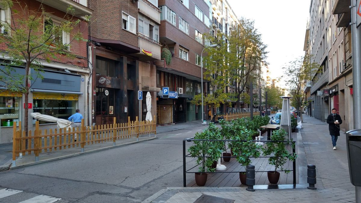 Terrazas sobre aparcamientos en el barrio de Ríos Rosas, el que más zona azul ha perdido del distrito