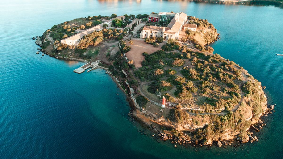 Imagen aérea del centro de arte Hauser & Wirth, abierto en un islote del puerto de Maó (Menorca)