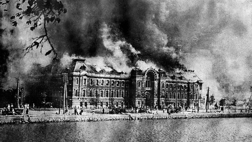 Departamento de Policía Metropolitana en llamas, en Marunouchi, Tokio, tras el terremoto de 1923.