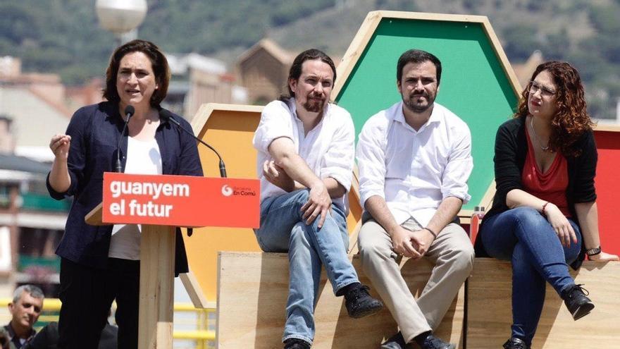 Ada Colau, Pablo Iglesias y Alberto Garzón, en un acto de campaña en Barcelona.