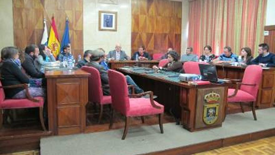 En la imagen, reunión informativa sobre el programa Erasmus+  celebrada en el salón de plenos del Cabildo con representantes de instituciones y organizaciones de la Isla.