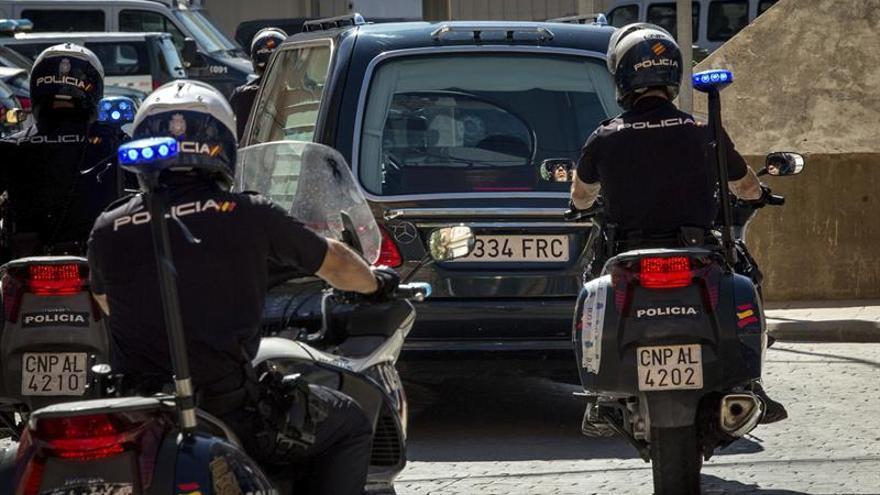 Autoridades y compañeros del policía asesinado acuden a su capilla ardiente