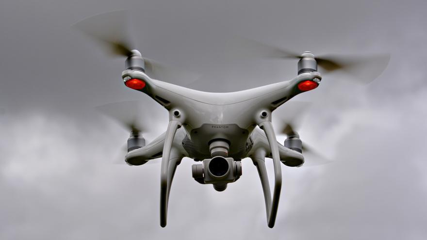 Un dron equipado con cámara en pleno vuelo