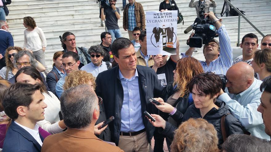 Pedro Sánchez atiende a los trabajadores de Nestor Martin antes de un mitin electoral.