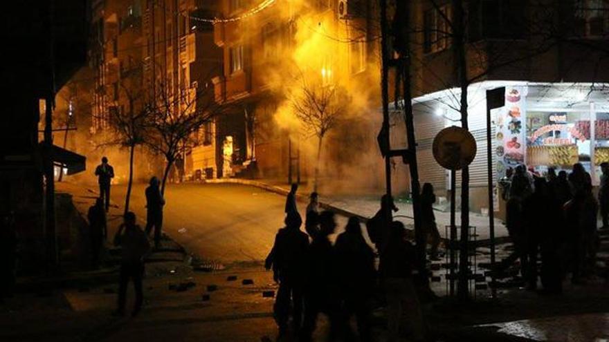Represión en el barrio #GaziMahallesi de Estambul, esta semana. Foto: Seyri Sokak