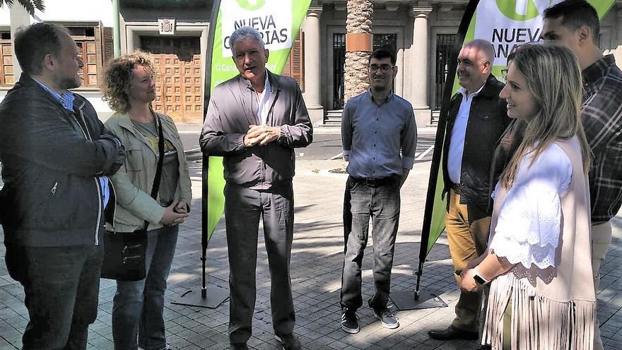 Pedro Quevedo (centro), cabeza de lista al Congreso de los Diputados por Nueva Canarias.