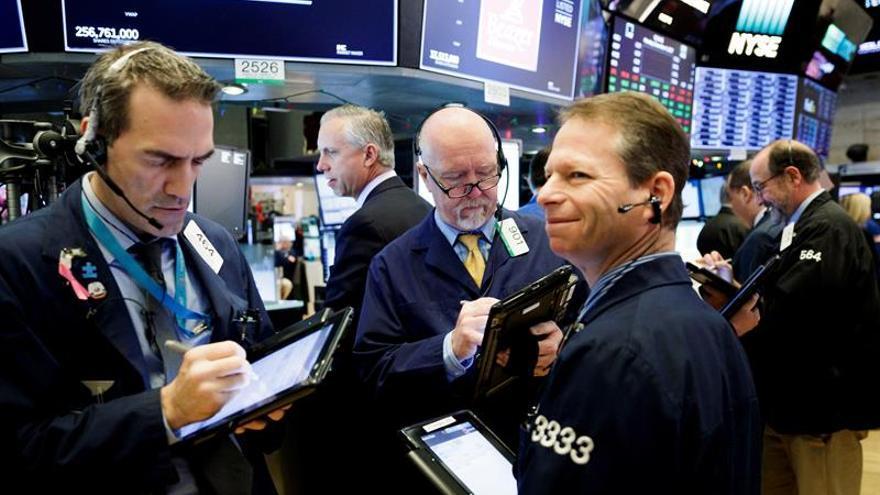 Wall Street abre en rojo y el Dow Jones baja un 0,74 %