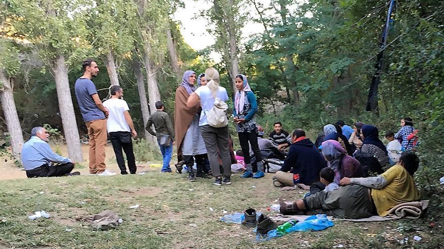 Varios refugiados en las montañas de Lojane.
