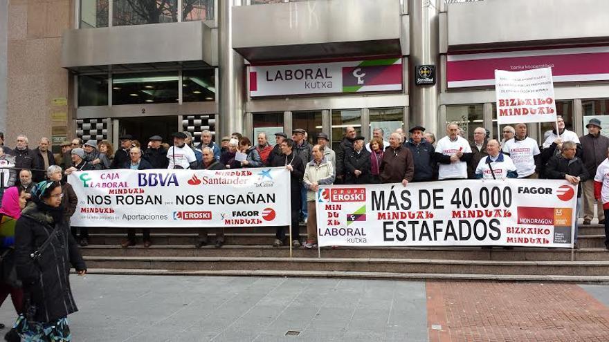 Protesta de afectados por las aportaciones de Eroski y Fagor, en Bilbao.