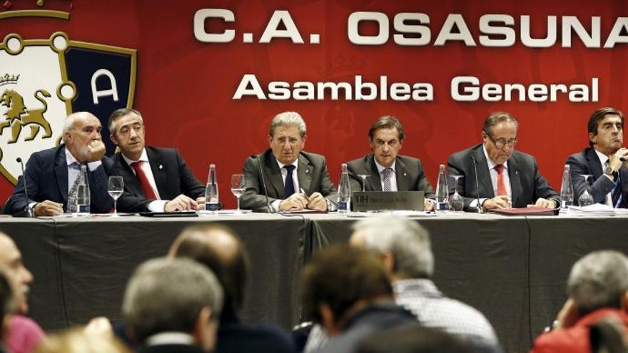 Miguel Archanco y Ángel Vizcay en una asamblea de Osasuna