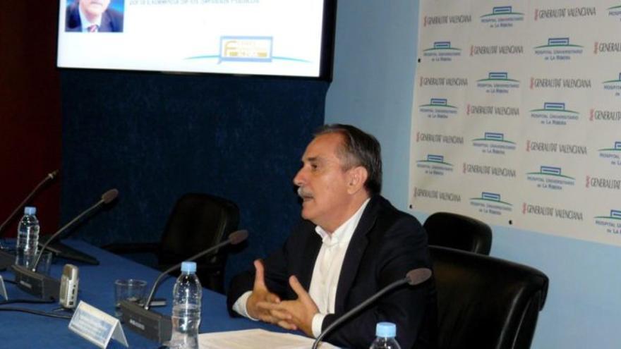 El exministro Valeriano Gómez, en una conferencia patrocinada por Ribera Salud.