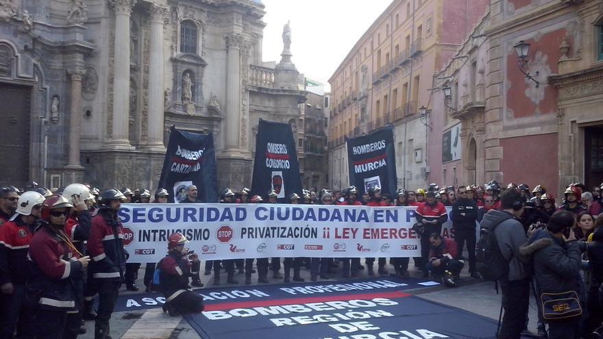 Los bomberos de la Región de Murcia y de los ayuntamientos de Cartagena y de Murcia, durante su protesta / PSS