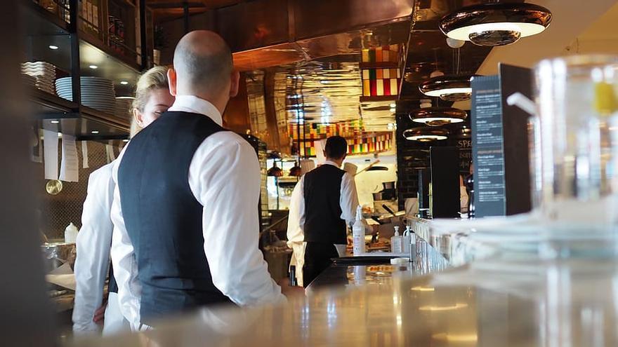 Imagen de trabajadores en un restaurante en Londres (Reino Unido)