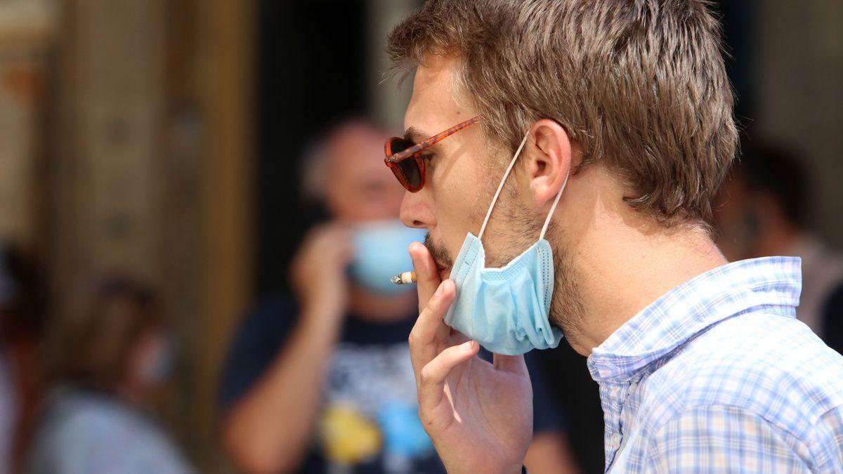Una persona fuma en la calle durante la epidemia de coronavirus en España.