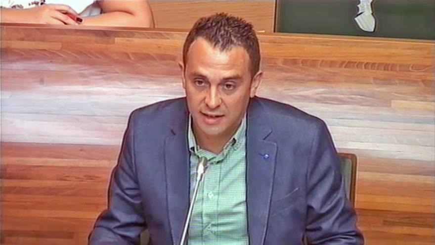 """El diputado del PP Javier Berasaluce pidió que le hablaran en castellano por """"educación"""""""