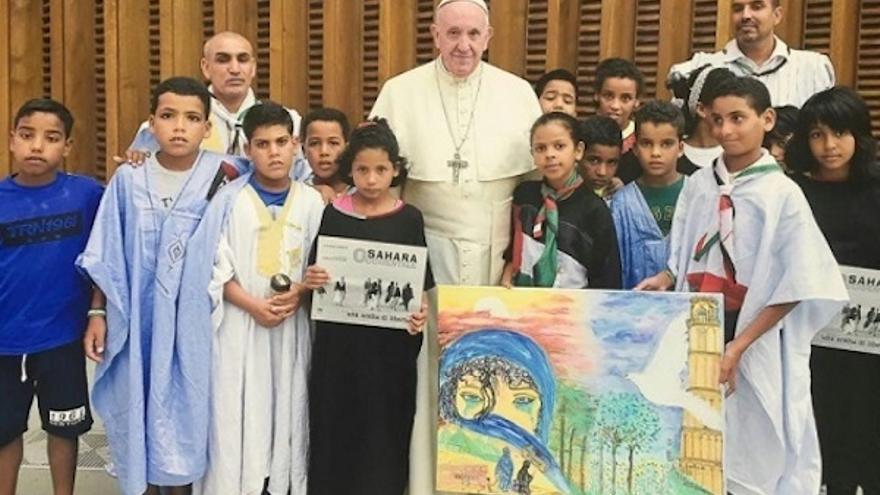 El Papa, con niños saharauis que pasan el verano con familias italianas