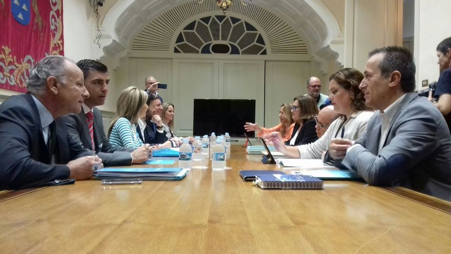 Imagen de la comisión negociadora integrada por miembros de CC y PP.