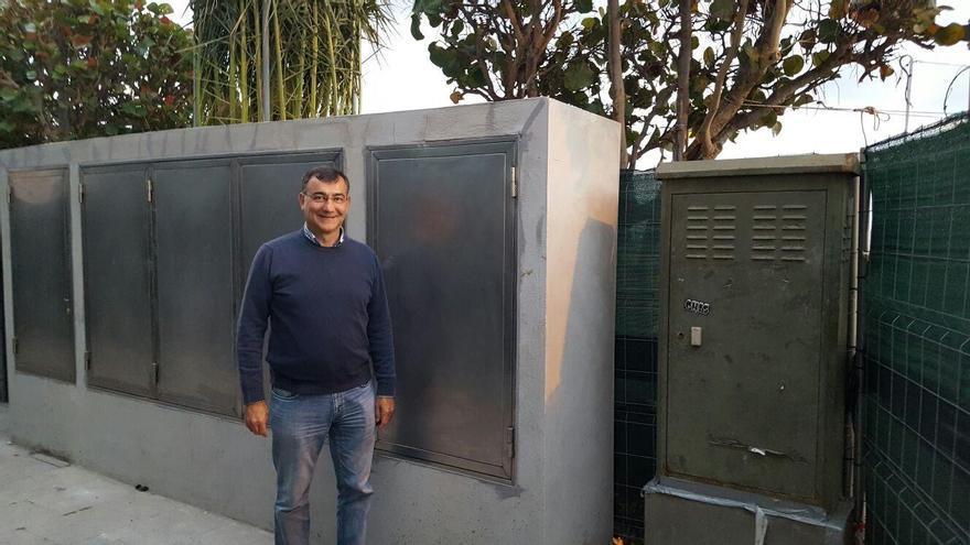 Juan Arturo San Gil, concejal de Cs) en el Ayuntamiento  de Santa Cruz de La Palma, ante el cuadro eléctrico instalado en la Avenida Marítima.