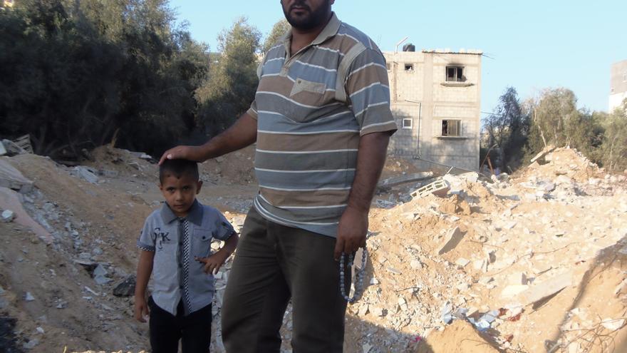 Tawfik con el único de sus hijos que ha sobrevivido a la última ofensiva israelí, Rami, de 4 años. \ Ana Garralda